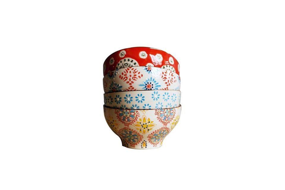 Zet wat kleur op je tafel met deze 4 keramische kommen van 9 cm hoog en 16 cm in diameter