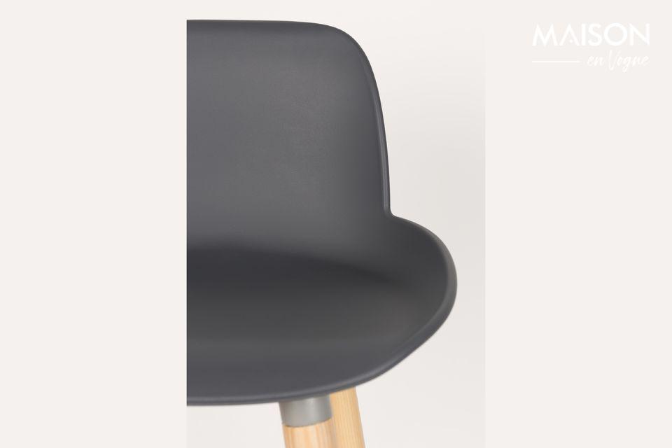 De donkergrijze Albert Kuip toonbankkruk combineert de authenticiteit van hout met een meer modern