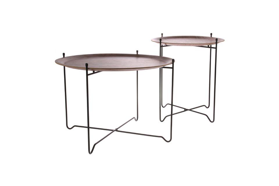 Met zijn afneembaar tafelblad is de M notenhouten Woolse bijzettafel plaatsbesparend en zeer