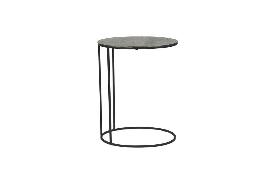 Het kan worden geplaatst aan het einde van een bank om een glas water en een afstandsbediening vast