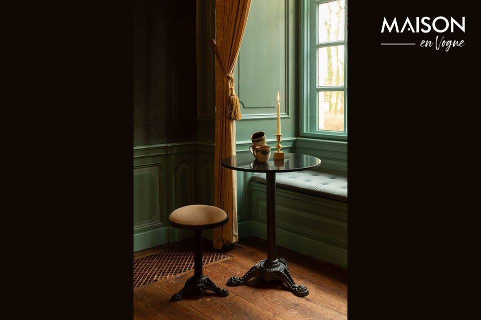 De Bistro Mezza tafel is met zijn ijzeren voet en gietijzeren onderstel perfect stabiel en is zowel