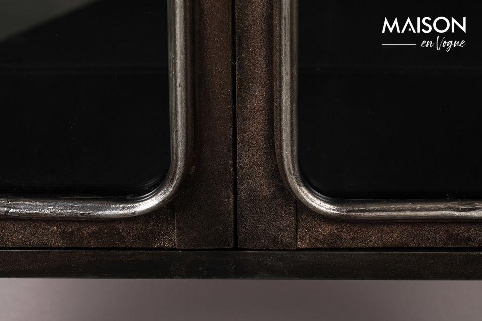 De behandeling van het metaal geeft dit dressoir een bruine kleur die doet denken aan bepaalde
