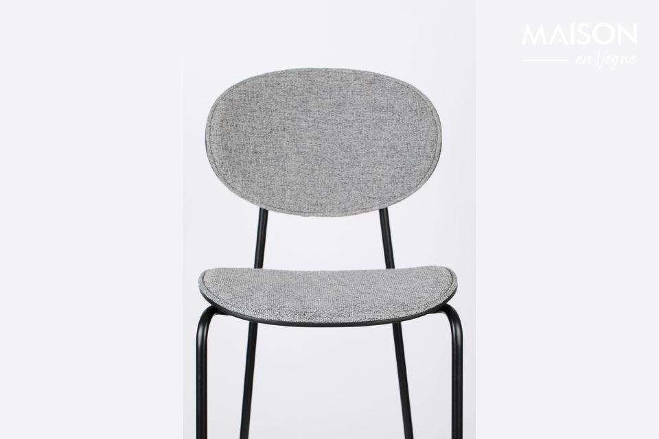 De gedurfde architectuur heeft de vorm van een klassieke vierpootstoel met een aparte zitting en