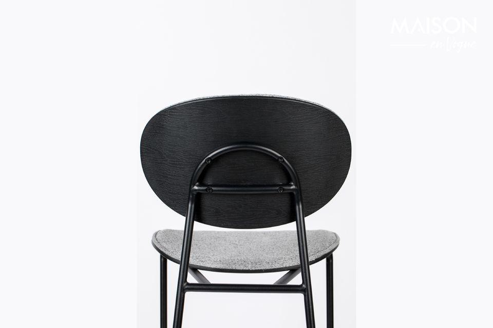 De combinatie van het grijs van de stoel en het zwart van de structuur maakt het verschil