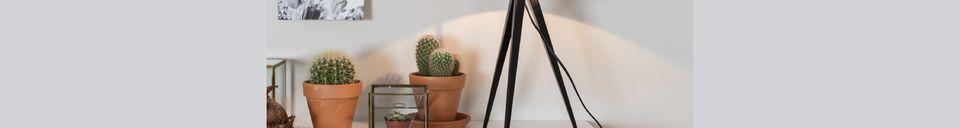 Benadrukte materialen Driepoot tafellamp zwart en grijs