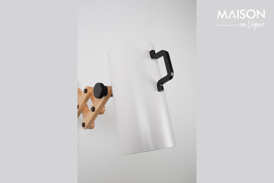 De kap kan ook worden gekanteld met behulp van een handgreep om het licht naar een bepaalde zone te