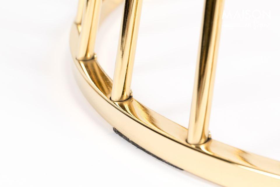 Onder de basis bevindt zich een cirkelvormige kooi met gouden staven, die naar de grond uitwaaiert