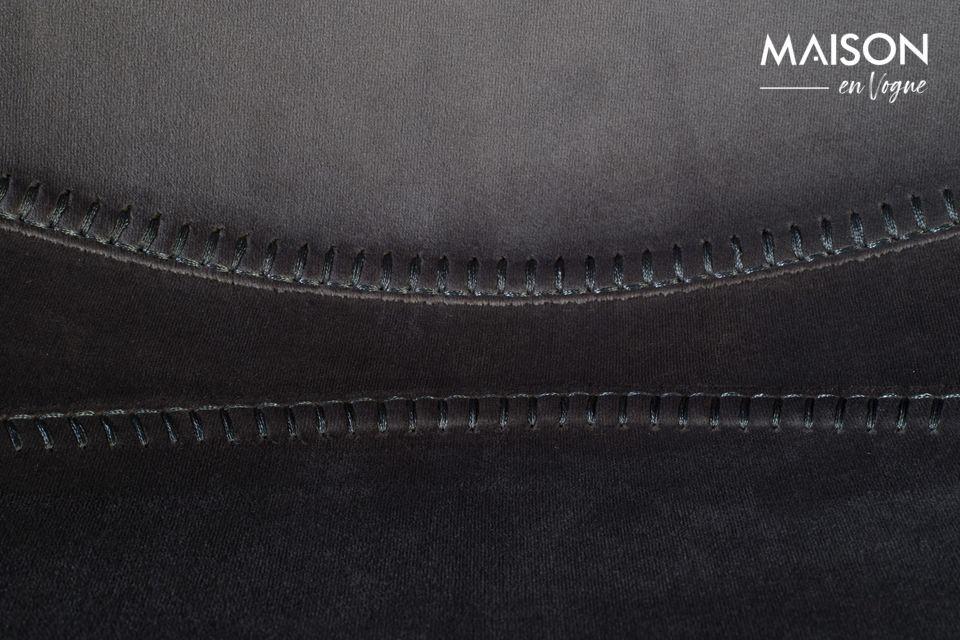 De zitting en de rugleuning zijn één onder hun delicate omhulsel van glimmend grijs fluweel