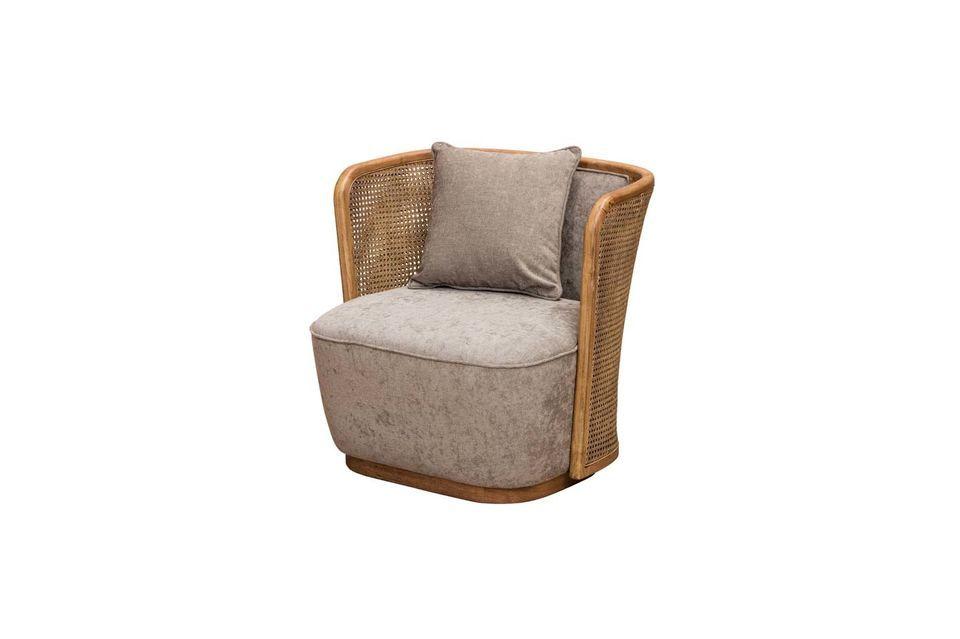 Deze fauteuil combineert de originele combinatie van geweven rotan en polyester