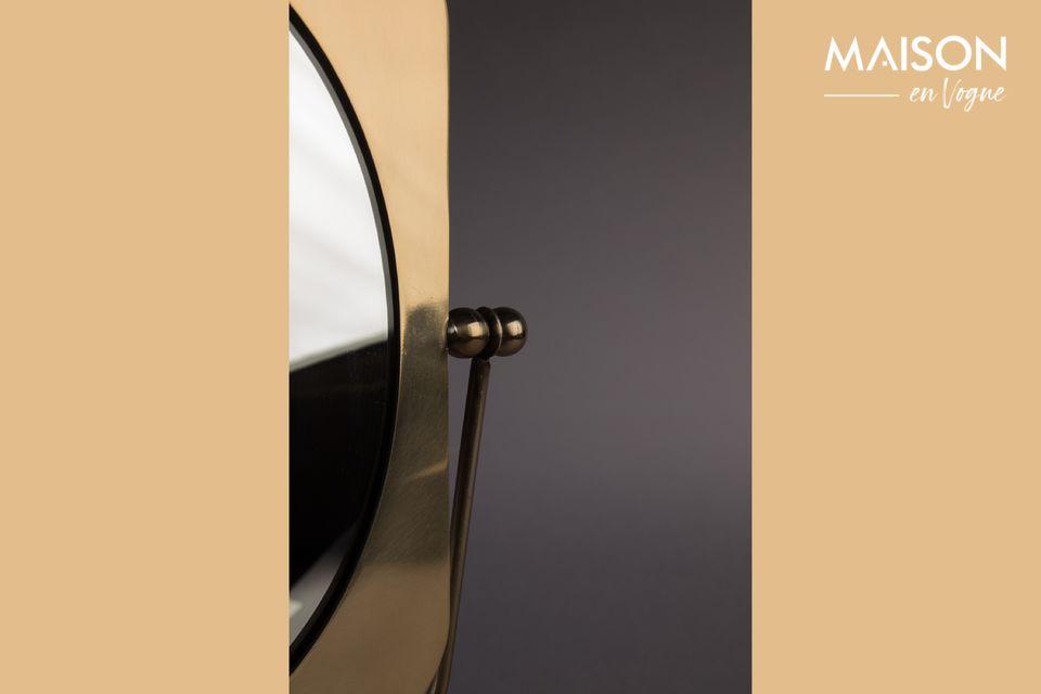 De Pris-tafelspiegel is een messing gelakt accessoire waarvan de gouden reflecties hem charme en