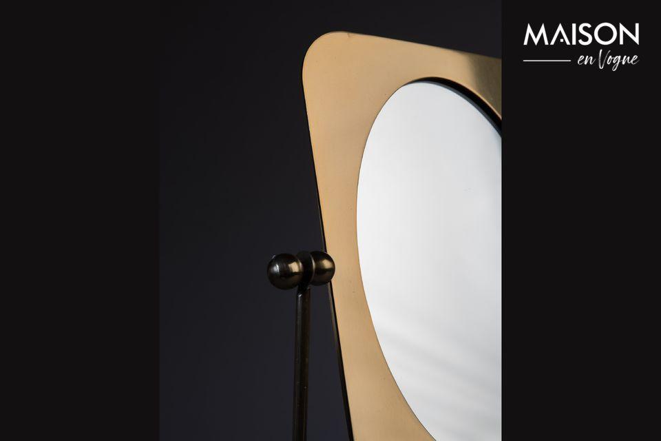 Dankzij een roestvrijstalen structuur kan de spiegel worden gekanteld om zich aan te passen aan de