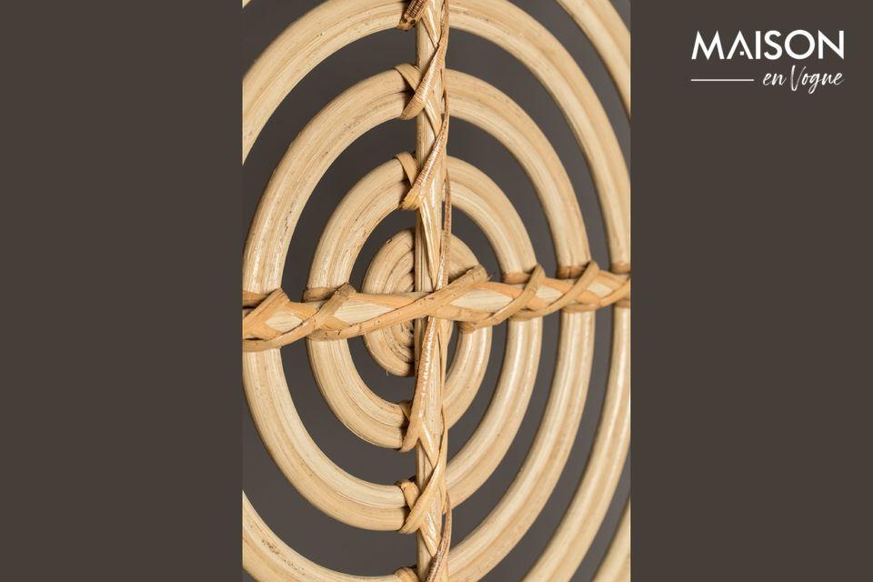 In zijn unieke en luchtige vorm is dit scherm versierd met speelse open spiraalvormige patronen