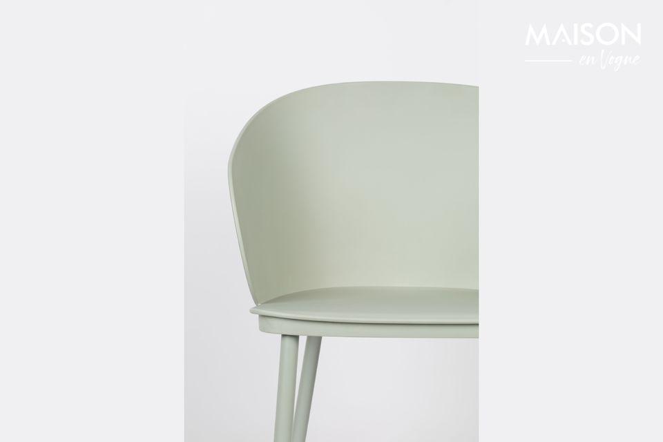 Eigentijds neemt de Gigi-stoel gemakkelijk zijn plaats in in een moderne eetkamer