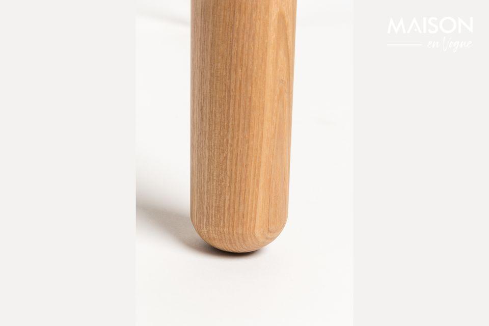 Het 18 mm gefineerde MDF-tafelblad met 10 mm rand en de 45 mm massieve essenhouten poten geven