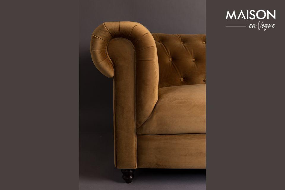 De Chester Velvet Gold Brown Sofa van het merk Dutchbone is geïnspireerd op de stijl van de 18e