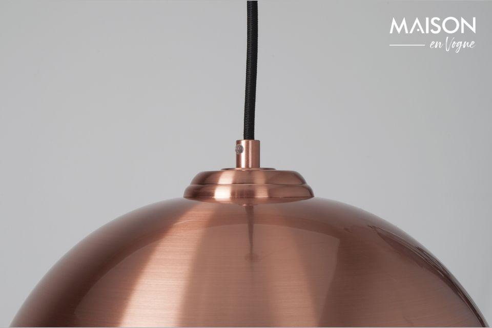 Ondersteund door een zwarte voet en kabel is deze lamp een essentieel onderdeel van de industriële