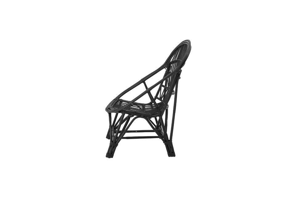 Met een designrugleuning en een geweven rotanzitting biedt deze stoel u de zekerheid van