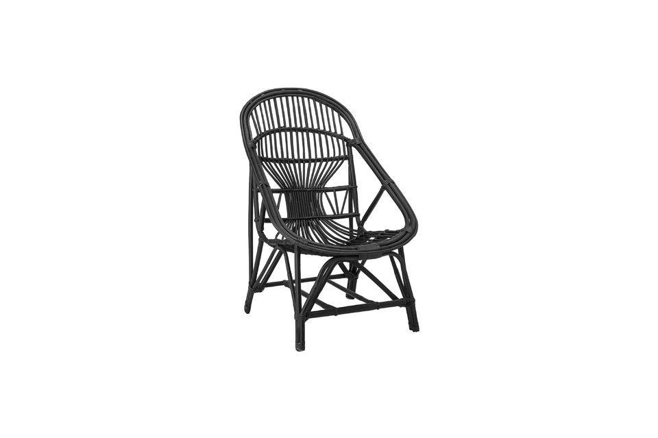 Deze loungestoel combineert de elegantie van de zwarte kleur met de natuurlijke originaliteit van