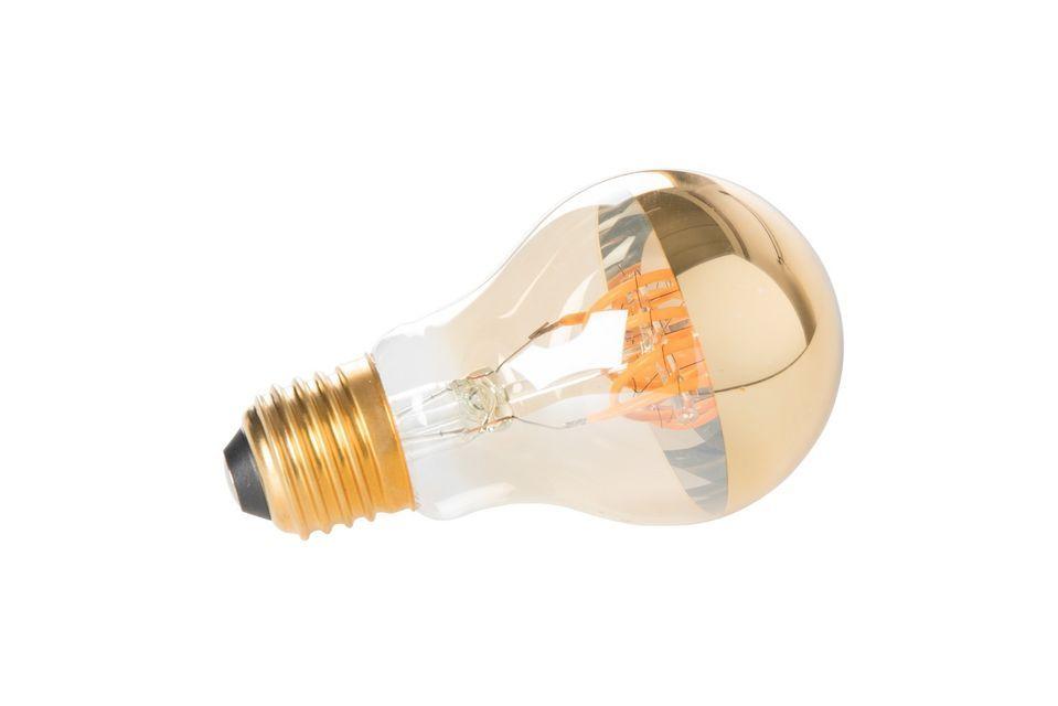 Op het eerste gezicht lijkt de klassieke gouden spiegellamp een traditioneel stuk dat is uitgerust