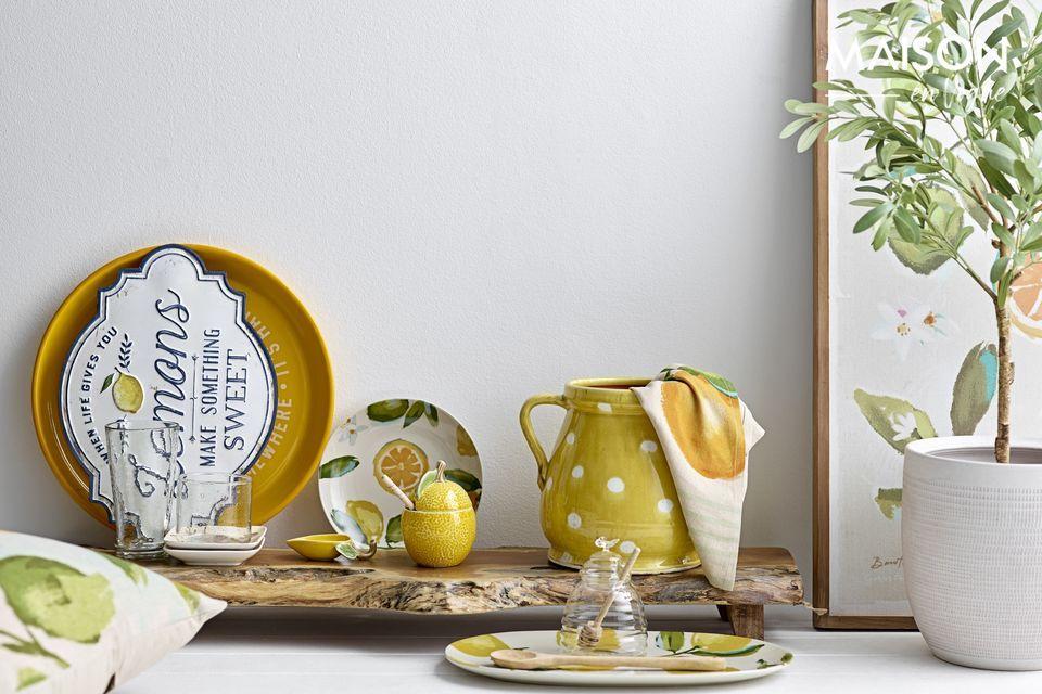 Plastic pot met mooie kleine olijfboom