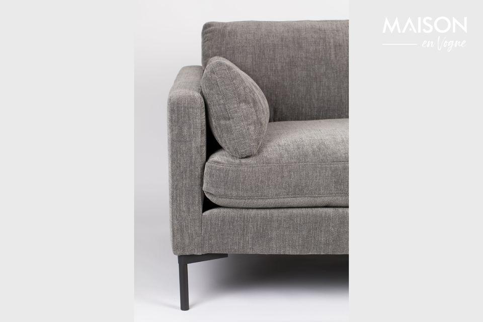 Deze brede stoel is ontworpen voor één of twee personen