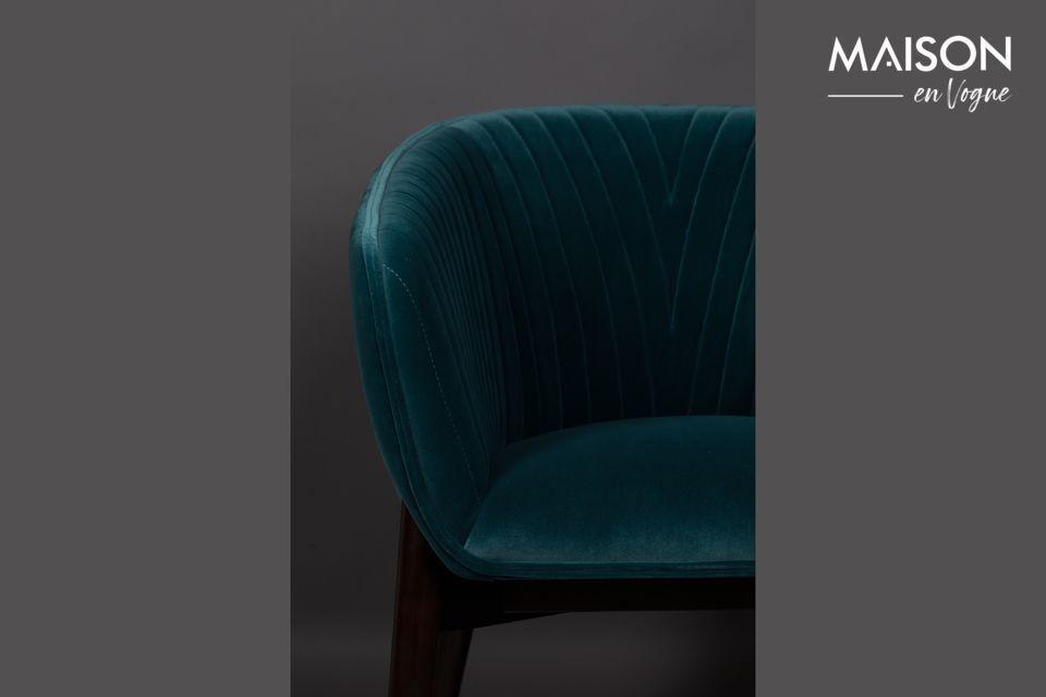 Deze felle kleur, gekoppeld aan een brede en omhullende zitting, bevestigt zijn art deco stijl