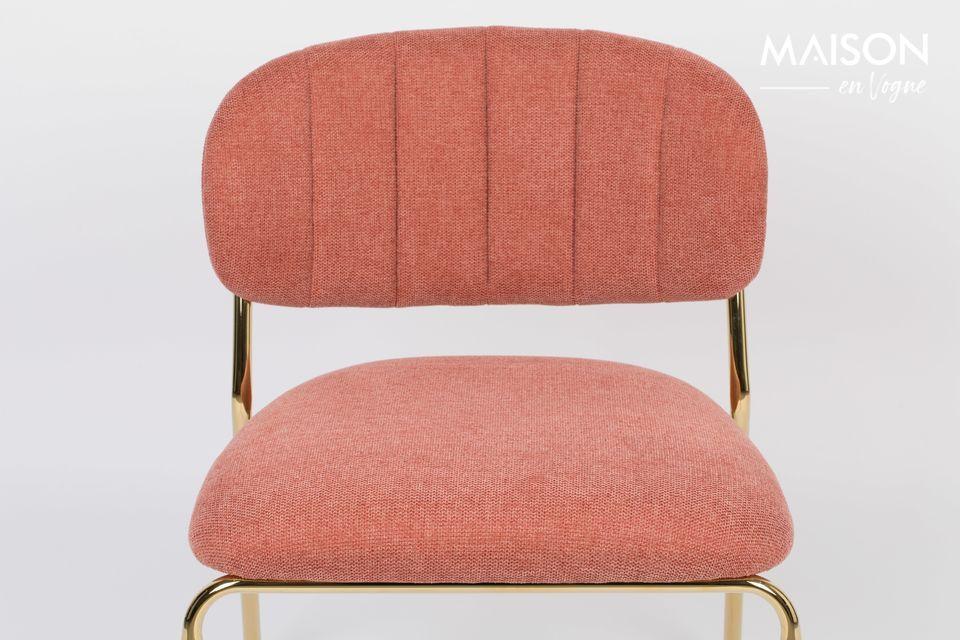 White label living stelt een elegante roze fauteuil voor op gouden poten voor een eigentijdse en