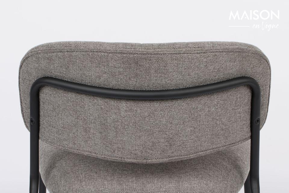De rugleuning en zitting zijn gemaakt van multiplex bekleed met grijs polyurethaanschuim