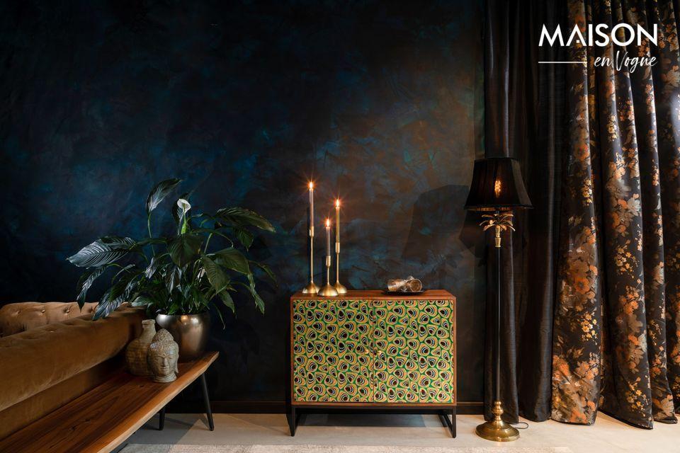 Dit dressoir is gemaakt van mangohout en de koperen deuren zijn versierd met groene
