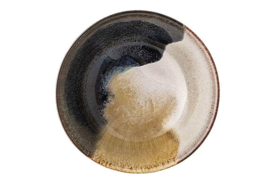 De meerkleurige Jules schaal is gemaakt van steengoed en heeft contrasterende tinten beige