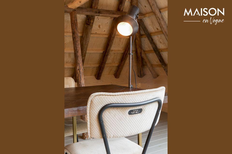 De zandkleurige Melonie stoel is een eerbetoon aan de formica keukenstoelen die in de jaren vijftig