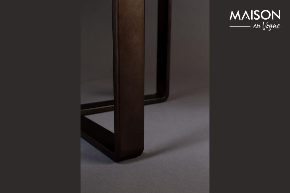 Deze esthetische metalen tafel is gemaakt van een rond blad met een rand van 51 cm diameter