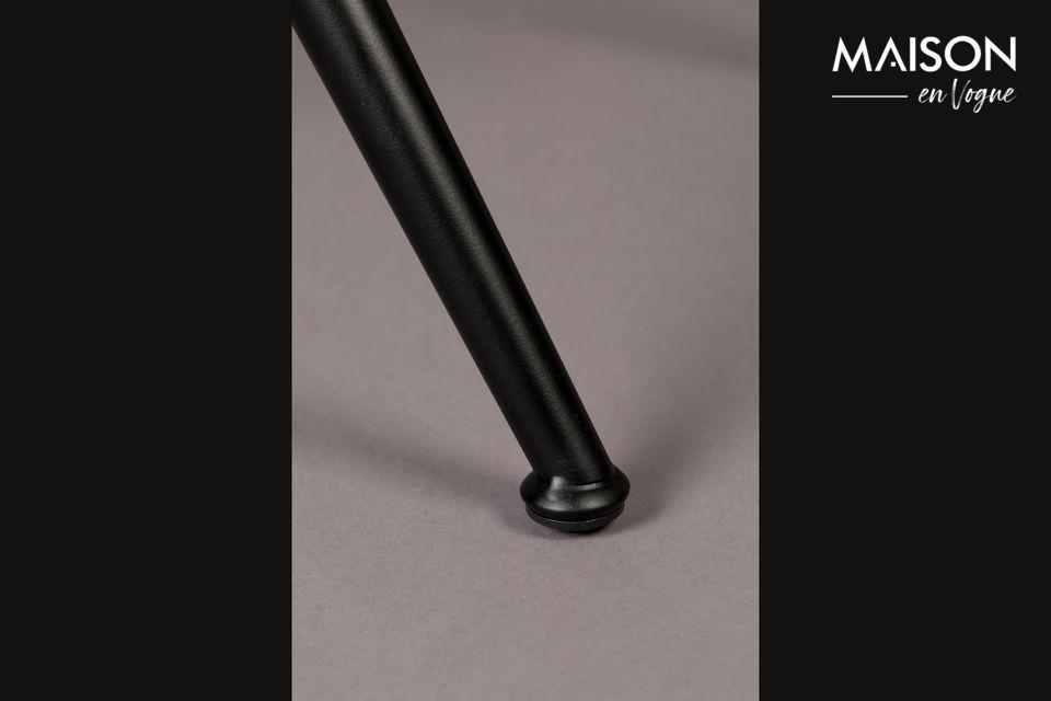 Met zijn zwarte metalen frame en zorgvuldig verdeelde bekleding is deze stoel werkelijk ontworpen