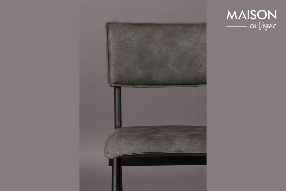 Voor een eettafel of een bureau heeft deze delicaat gestoffeerde stoel alles om te behagen