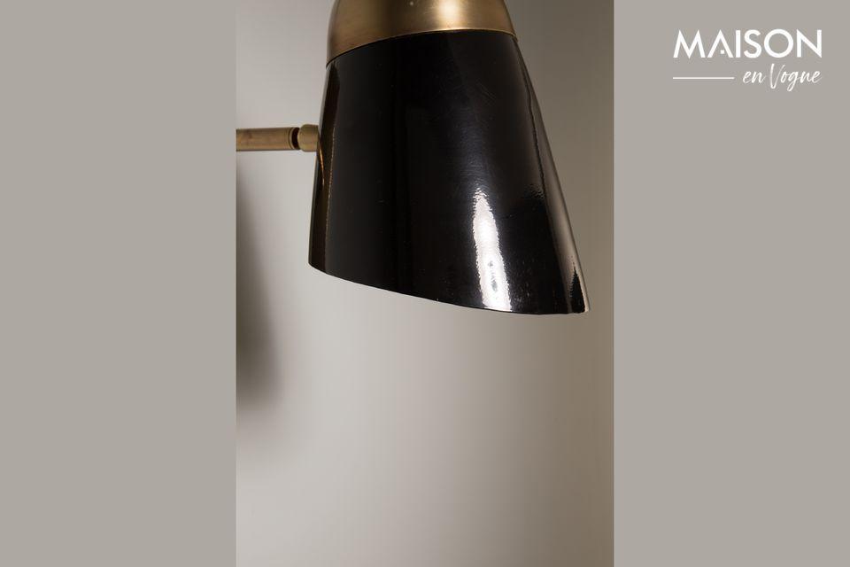 De wandlamp in aluminium met messing afwerking is rechthoekig