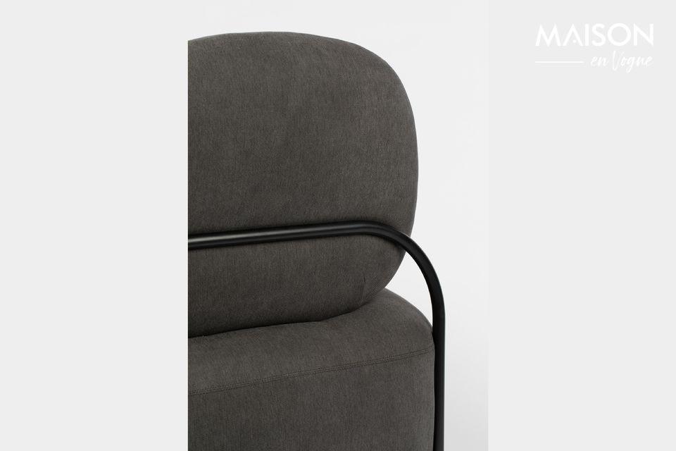 Deze Polly Grey lounge stoel van White Label Living heeft een licht gebogen profiel dat het moderne