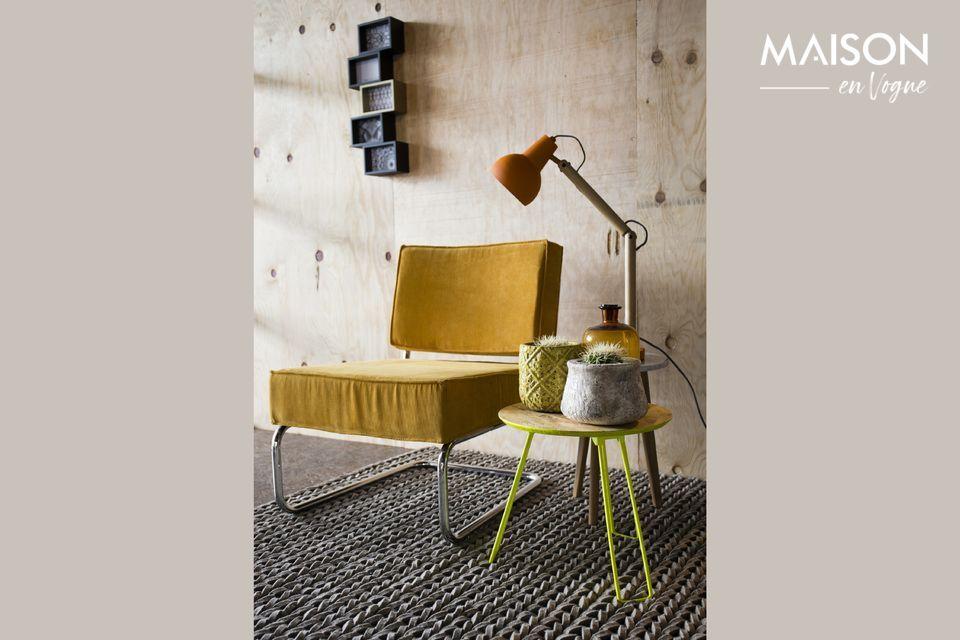 Een comfortabele stoel met een combinatie van vintage en industriële stijlen