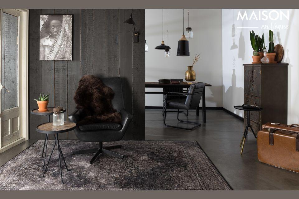 De charme van hout in combinatie met zwart metaal voor deze prachtige natuurlijke tafel met een
