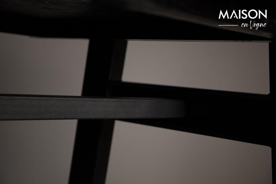 Het tafelblad is geplaatst op een zwart metalen frame