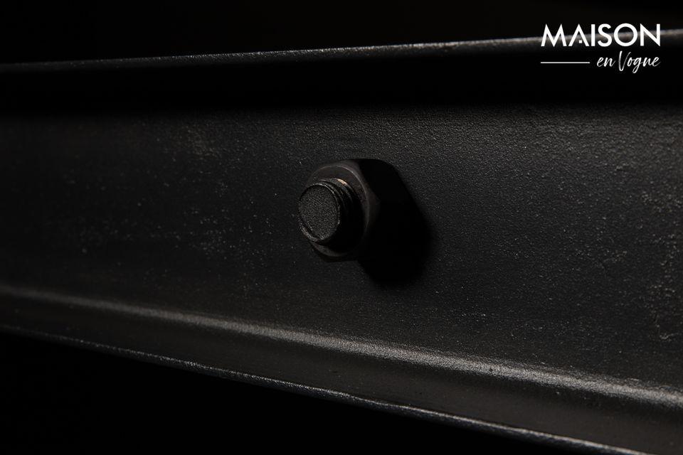 De basis is in zwart gelakt ijzer met zichtbare schroeven voor maximale authenticiteit