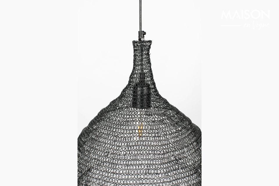 Een hanglamp met een modern design en een ijzeren lampenkap van gaas