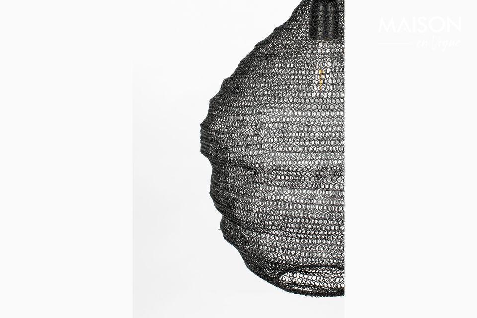 Deze zwarte Lena M hanglamp is ontworpen met een gaaskap die een warme lichtsfeer creëert