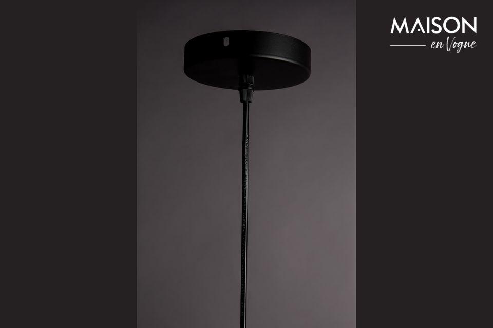 De ronde kap, 34,50 cm in diameter, is bevestigd aan een dunne zwarte verstelbare kabel