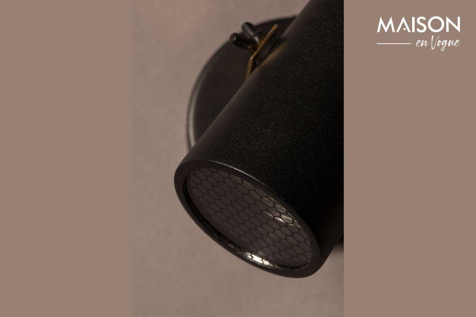 Met zijn zwart gelakte stalen kap en messing beugel biedt de Scope-1 Dtw projector een stijlvol en