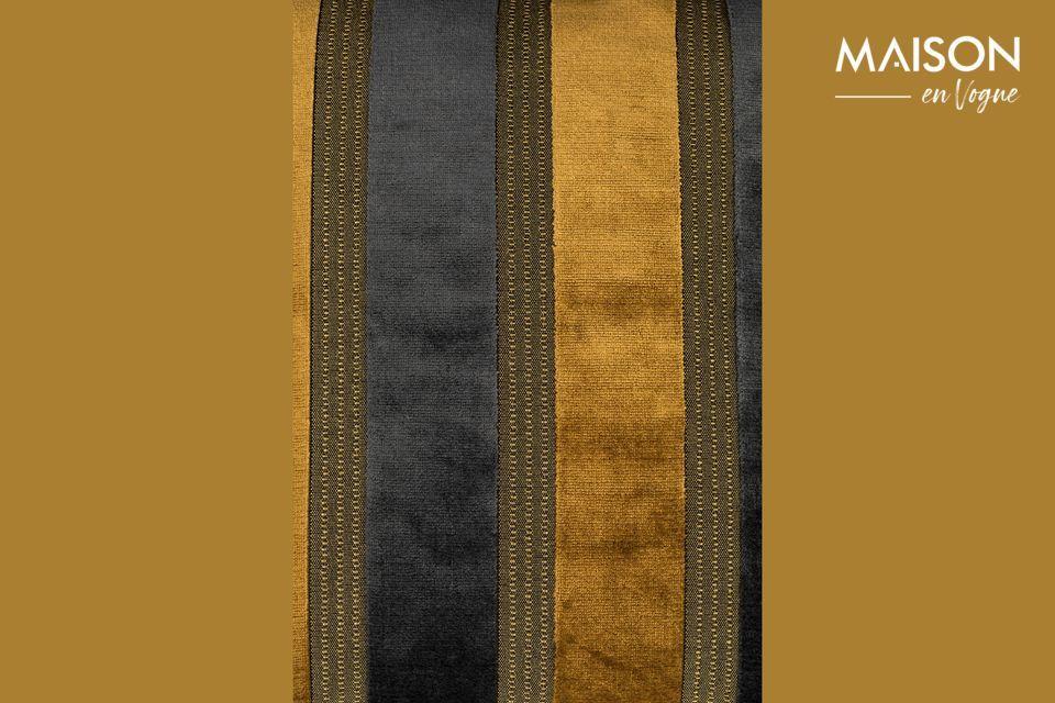 Het Scott kussen heeft brede verticale strepen, afwisselend goudgeel en donkergrijs