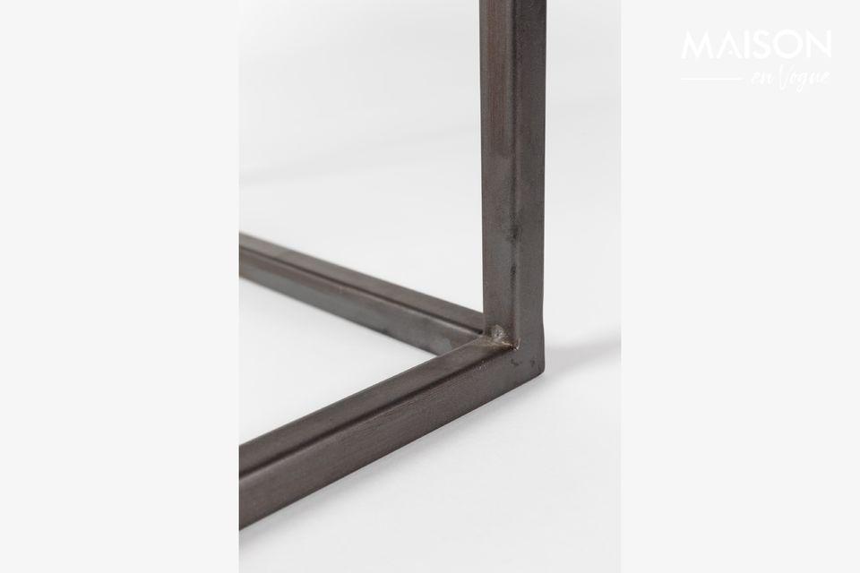 Massief geplaatst op een zwart metalen onderstel vullen deze dikke rechthoeken van hout en MDF hun