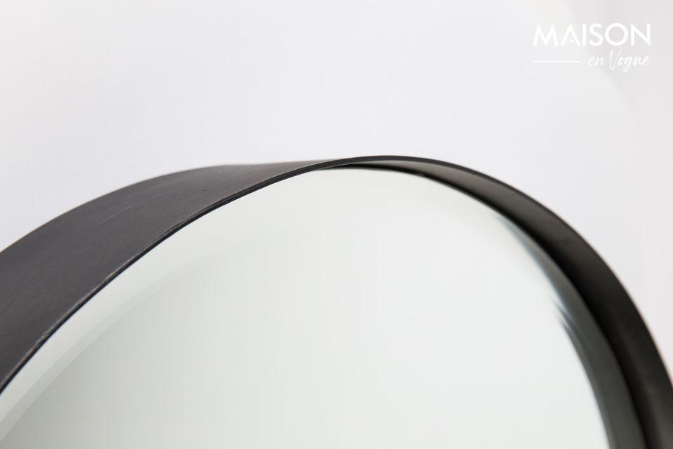 Een moderne ronde gefacetteerde spiegel
