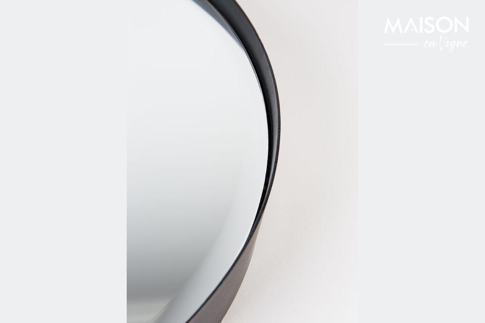Met zijn grote diameter valt de Raj Medium spiegel op door zijn functionaliteit en het afgeronde