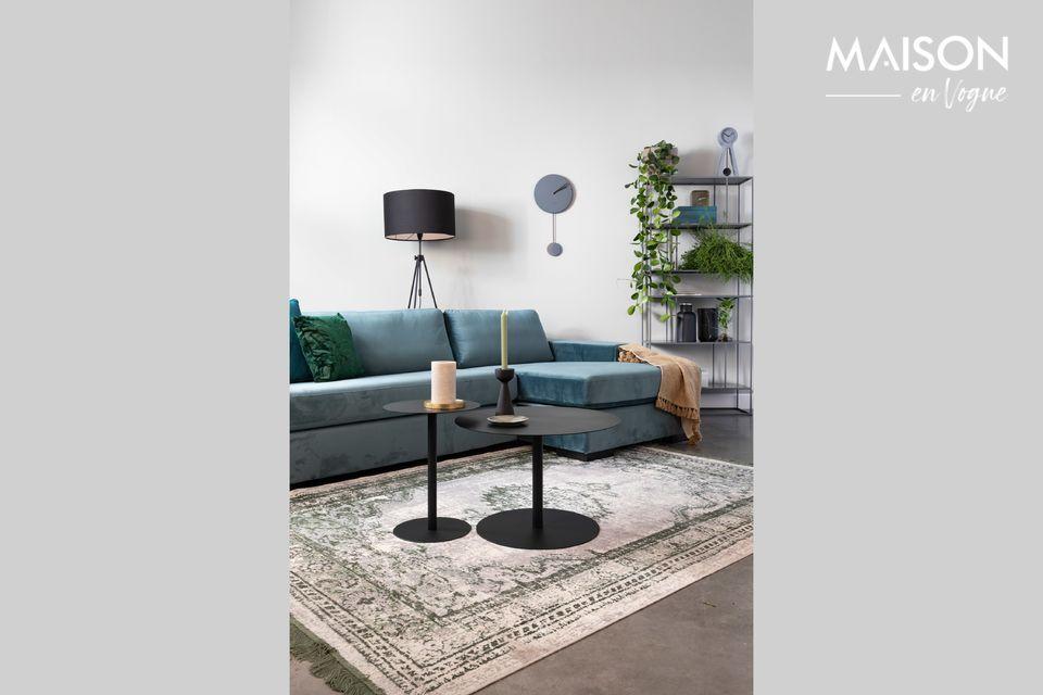 Een elegante vloerlamp in vintage-stijl met een gepoedercoate ijzeren structuur