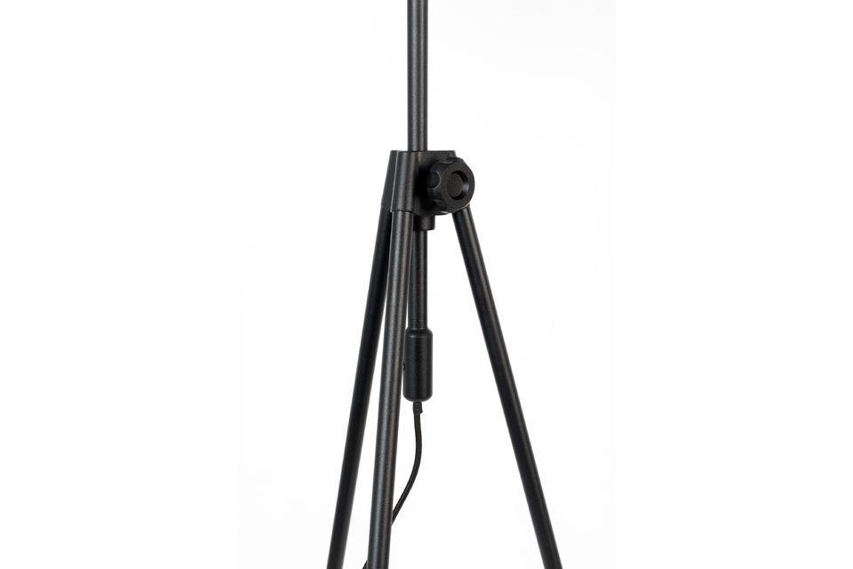 Met zijn verstelbare structuur is deze Lesley vloerlamp tot 30 cm in hoogte verstelbaar